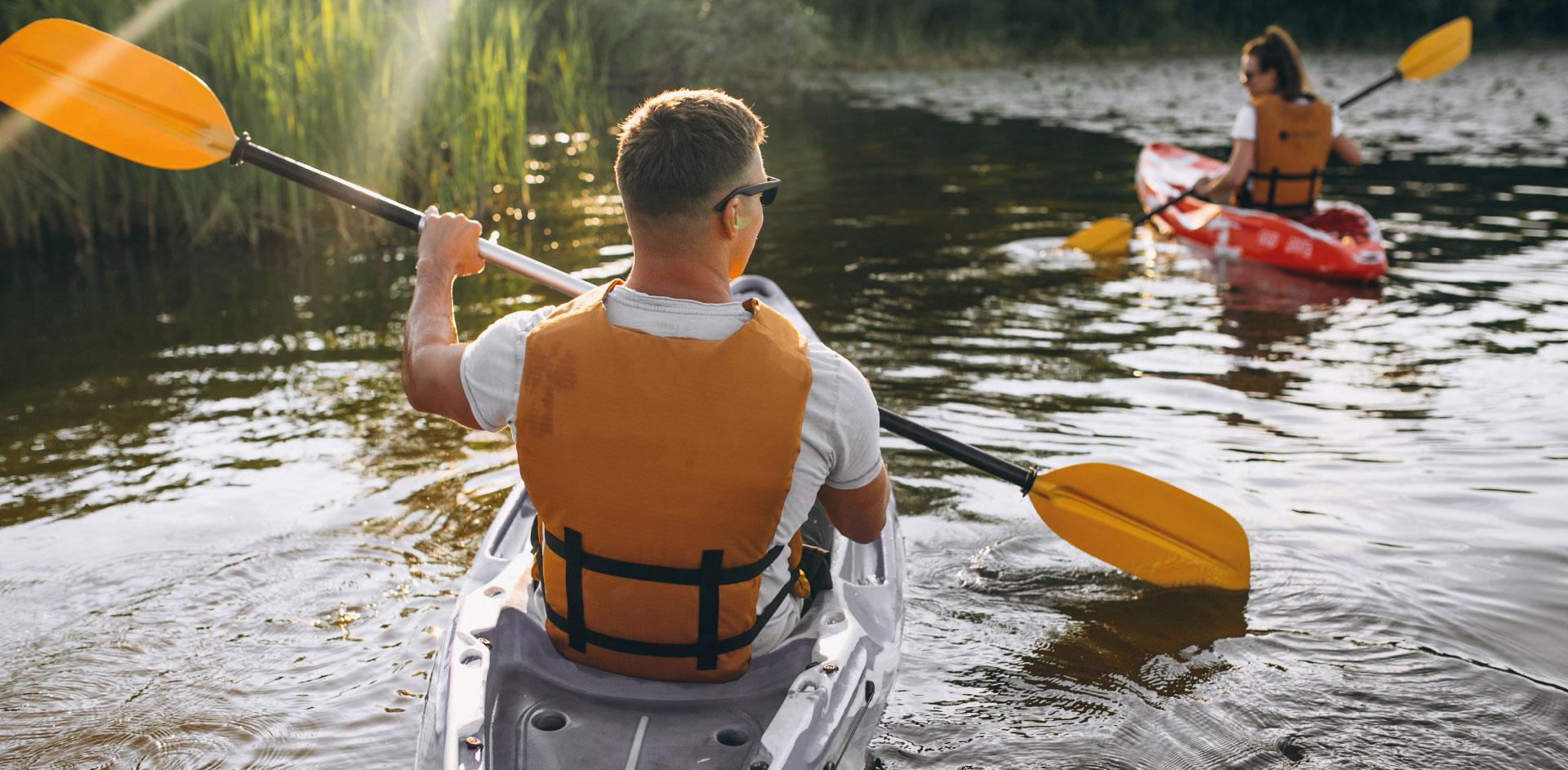 Uomo in canoa nel fiume