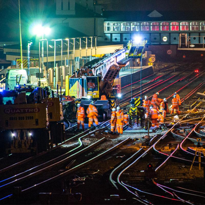 Ferrovieri che sostituiscono i punti ferroviari della stazione di Eastleigh dopo un precedente deragliamento
